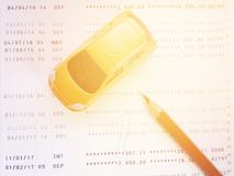 Μικροσκοπική πρότυπο αυτοκινήτων, μολύβι και βιβλιάριο ή οικονομική κατάσταση λογαριασμού ταμιευτηρίου στο άσπρο υπόβαθρο Στοκ εικόνα με δικαίωμα ελεύθερης χρήσης
