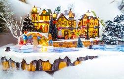 Μικροσκοπική του χωριού σκηνή Χριστουγέννων Παιχνίδια διακοσμήσεων Χριστουγέννων Στοκ εικόνες με δικαίωμα ελεύθερης χρήσης