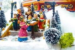 Μικροσκοπική του χωριού σκηνή Χριστουγέννων Παιχνίδια διακοσμήσεων Χριστουγέννων Στοκ φωτογραφία με δικαίωμα ελεύθερης χρήσης