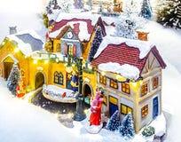 Μικροσκοπική του χωριού σκηνή Χριστουγέννων Παιχνίδια διακοσμήσεων Χριστουγέννων Στοκ Φωτογραφία