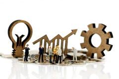 Μικροσκοπική χειραψία επιχειρηματιών με το σημάδι της ιδέας λαμπτήρων Στοκ εικόνα με δικαίωμα ελεύθερης χρήσης