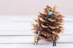 Μικροσκοπικοί άνθρωποι: Αριθμοί επιχειρηματιών που στέκονται στο πνεύμα πατωμάτων Στοκ Φωτογραφία