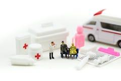 Μικροσκοπικοί άνθρωποι: Γιατρός και παραϊατρική ανταπόκριση στον ασθενή στο ασθενοφόρο, έννοια ασθενοφόρων ιατρικής στοκ εικόνες