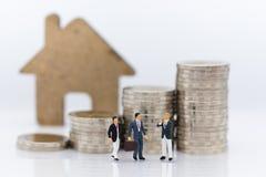 Μικροσκοπικοί άνθρωποι: Εγγυημένο δάνειο επιχειρησιακής συνεδρίασης ομάδας, τρίτος, εγγυητής Χρήση εικόνας για την επιχειρησιακή  στοκ φωτογραφία με δικαίωμα ελεύθερης χρήσης