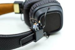 Μικροσκοπικοί άνθρωποι: Επιχειρηματίας με τα ακουστικά για το στούντιο μουσικής, Στοκ Φωτογραφία