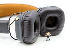 Μικροσκοπικοί άνθρωποι: Επιχειρηματίας με τα ακουστικά για το στούντιο μουσικής, Στοκ φωτογραφίες με δικαίωμα ελεύθερης χρήσης