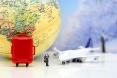 Μικροσκοπικοί άνθρωποι: Επιχειρηματίας με το αεροπλάνο, worldmap, αποσκευές Στοκ φωτογραφίες με δικαίωμα ελεύθερης χρήσης