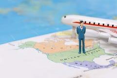 Μικροσκοπικοί άνθρωποι, επιχειρηματίας που στέκονται στο χάρτη Αμερικανός στοκ φωτογραφίες