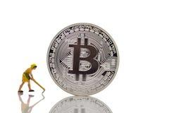 Μικροσκοπικοί άνθρωποι: εργασία εργαζομένων με το bitcoin, που χρησιμοποιεί ως επιχειρησιακή έννοια στοκ φωτογραφία