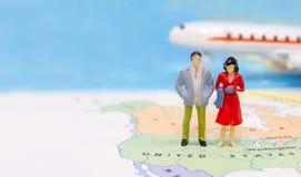 Μικροσκοπικοί άνθρωποι, ζεύγος που στέκονται στο χάρτη Αμερικανός στοκ εικόνες