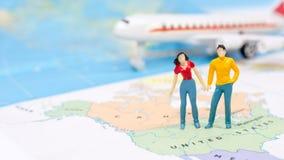 Μικροσκοπικοί άνθρωποι, ζεύγος που στέκονται στο χάρτη Αμερικανός στοκ φωτογραφία με δικαίωμα ελεύθερης χρήσης