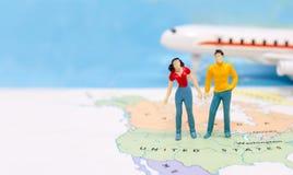 Μικροσκοπικοί άνθρωποι, ζεύγος που στέκονται στο χάρτη Αμερικανός στοκ εικόνες με δικαίωμα ελεύθερης χρήσης
