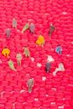 Μικροσκοπικοί άνθρωποι με το κόκκινο χάπι Στοκ Εικόνα