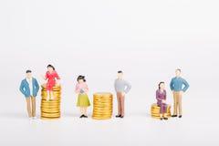 Μικροσκοπικοί άνθρωποι με το χρυσό νόμισμα Στοκ εικόνες με δικαίωμα ελεύθερης χρήσης