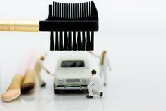 Μικροσκοπικοί άνθρωποι: Οι εργαζόμενοι αποτελούν το αυτοκίνητο Χρήση εικόνας για τον καθαρισμό και τη συντήρηση, έννοια επιχειρησ Στοκ φωτογραφία με δικαίωμα ελεύθερης χρήσης