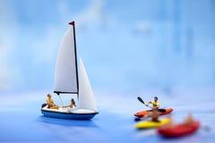Μικροσκοπικοί άνθρωποι: οι άνθρωποι που κωπηλατούν τις βάρκες και που πλέουν τις βάρκες, χαλαρώνουν Στοκ φωτογραφία με δικαίωμα ελεύθερης χρήσης