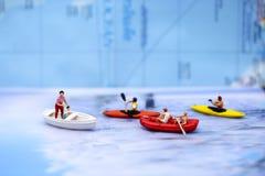 Μικροσκοπικοί άνθρωποι: οι άνθρωποι που κωπηλατούν τις βάρκες και που πλέουν τις βάρκες, χαλαρώνουν Στοκ Εικόνες