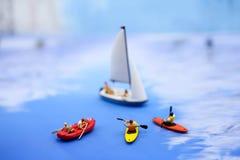 Μικροσκοπικοί άνθρωποι: οι άνθρωποι που κωπηλατούν τις βάρκες και που πλέουν τις βάρκες, χαλαρώνουν Στοκ Φωτογραφία