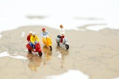 Μικροσκοπικοί άνθρωποι: οι άνθρωποι στο μηχανικό δίκυκλο με τον κόσμο χαρτογραφούν, ταξιδεύουν το conce Στοκ Εικόνες