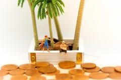 Μικροσκοπικοί άνθρωποι: Οι άνθρωποι χρησιμοποιούν τη ράβδο αλιείας για να πάρουν τα χρήματα από το πάτωμα Χρήση εικόνας για τη χά Στοκ φωτογραφία με δικαίωμα ελεύθερης χρήσης