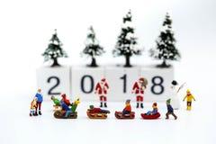 Μικροσκοπικοί άνθρωποι: Παιδιά με τη Χαρούμενα Χριστούγεννα και το ευτυχές νέο Υ στοκ φωτογραφίες