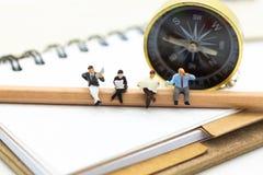 Μικροσκοπικοί άνθρωποι: Άνθρωποι που διαβάζουν το βιβλίο και που κάθονται στο μολύβι Χρήση εικόνας για την εκπαίδευση, επιχειρησι Στοκ φωτογραφία με δικαίωμα ελεύθερης χρήσης