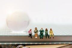 Μικροσκοπικοί άνθρωποι: συνεδρίαση επιχειρησιακών ομάδων στο βιβλίο με το διάλειμμα στοκ εικόνα με δικαίωμα ελεύθερης χρήσης