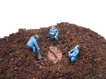 Μικροσκοπικοί άνθρωποι: Τρεις εργαζόμενοι σκάβουν Στοκ φωτογραφίες με δικαίωμα ελεύθερης χρήσης