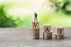 Μικροσκοπικοί επιχειρηματίες ανθρώπων που στέκονται στον ξύλινο Φ.Π.Α λέξης που τοποθετείται στοκ εικόνες με δικαίωμα ελεύθερης χρήσης