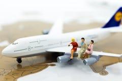 Μικροσκοπικοί επιχειρηματίες: επιχειρηματίας με το αεροπλάνο Χρήση εικόνας για το επιχειρησιακό ταξίδι, συμβουλευτικό γραφείο ταξ Στοκ Εικόνες