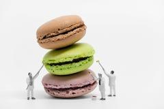 Μικροσκοπικοί ζωγράφοι που χρωματίζουν macaroons Μακρο φωτογραφία Στοκ Εικόνες