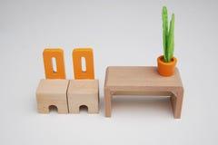 Μικροσκοπικοί καρέκλες και πίνακας επίπλων Στοκ εικόνα με δικαίωμα ελεύθερης χρήσης