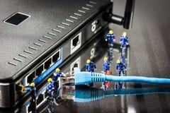 Μικροσκοπικοί μηχανικοί δικτύων στην εργασία απομονωμένο έννοια λευκό τεχνολογίας στοκ εικόνα με δικαίωμα ελεύθερης χρήσης