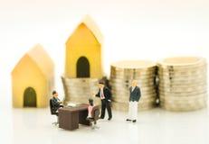 Μικροσκοπικός αριθμός: Συζητούν για τα χρήματα και την επιχείρηση Στοκ Φωτογραφίες