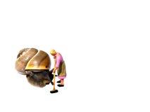 Μικροσκοπικός γυναικείος καθαρισμός καθαρισμού με το σαλιγκάρι που απομονώνεται στο λευκό Β Στοκ Εικόνες