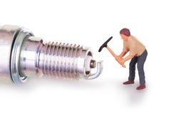 Μικροσκοπικός εργαζόμενος που εργάζεται σε ένα sparkplug Στοκ φωτογραφίες με δικαίωμα ελεύθερης χρήσης