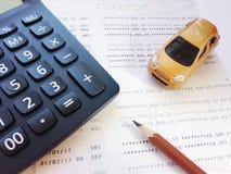 Μικροσκοπικός πρότυπο αυτοκινήτων, μολύβι, υπολογιστής και βιβλιάριο ή οικονομική κατάσταση λογαριασμού ταμιευτηρίου στο άσπρο υπ Στοκ φωτογραφία με δικαίωμα ελεύθερης χρήσης