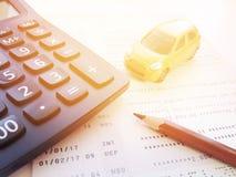Μικροσκοπικός πρότυπο αυτοκινήτων, μολύβι, υπολογιστής και βιβλιάριο ή οικονομική κατάσταση λογαριασμού ταμιευτηρίου στο άσπρο υπ Στοκ Εικόνες