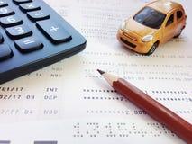 Μικροσκοπικός πρότυπο αυτοκινήτων, μολύβι, υπολογιστής και βιβλιάριο ή οικονομική κατάσταση λογαριασμού ταμιευτηρίου στο άσπρο υπ Στοκ Εικόνα