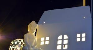 Μικροσκοπικό άγαλμα του Βούδα, γλυκό φως ιστιοφόρου και Λευκός Οίκος Στοκ Εικόνες