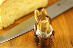 Μικροσκοπικό γαλλικό καλάθι baguette, μικροσκοπικά τρόφιμα Στοκ φωτογραφία με δικαίωμα ελεύθερης χρήσης