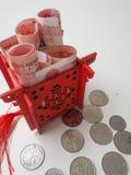 Μικροσκοπικό κινεζικό περίπτερο φωτεινό σε κόκκινο και γεμισμένος με τους κινεζικούς λογαριασμούς στοκ εικόνες