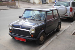 Μικροσκοπικό μαύρο αυτοκίνητο που σταθμεύουν Στοκ Εικόνες