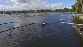 Μικροσκοπικό ξύλινο αλιευτικό σκάφος κουπιών λεμβούχων στη λίμνη βουνών Κεραία κηφήνων απόθεμα βίντεο