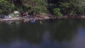 Μικροσκοπικό ξύλινο αλιευτικό σκάφος κουπιών λεμβούχων στη λίμνη βουνών Κεραία κηφήνων φιλμ μικρού μήκους