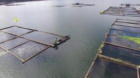 Μικροσκοπικό ξύλινο αλιευτικό σκάφος προσγείωσης λεμβούχων στη λίμνη βουνών Κεραία κηφήνων φιλμ μικρού μήκους