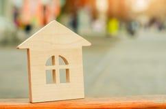 Μικροσκοπικό ξύλινο σπίτι κτήμα έννοιας πραγματικό η πώληση Στοκ φωτογραφίες με δικαίωμα ελεύθερης χρήσης