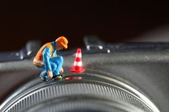 Μικροσκοπικό πρότυπο αριθμού συντήρησης που τίθεται στο μέρος φακών της ψηφιακής κάμερα Στοκ Φωτογραφίες