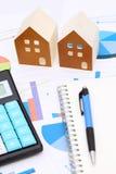 Μικροσκοπικό πρότυπο του σπιτιού στο έγγραφο διαγραμμάτων Στοκ εικόνες με δικαίωμα ελεύθερης χρήσης
