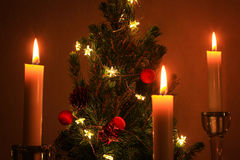 Μικροσκοπικό χαριτωμένο χριστουγεννιάτικο δέντρο με τα κεριά Στοκ Φωτογραφία
